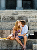 Couple kissing on steps — Stock fotografie