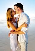 熱帯の島のカップルのキス — ストック写真