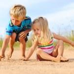 syskon lärande tillsammans — Stockfoto