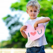Child holding heart — Stockfoto