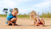 Siblings playing outdoors — Stock Photo