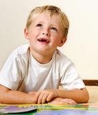 Glad läsning pojke — Stockfoto