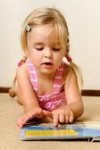 милый ребенок чтения — Стоковое фото