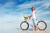 Mujer flor bicicleta — Foto de Stock