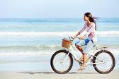 Mujer de bicicletas de playa — Foto de Stock