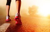 Atleet voeten op weg — Stockfoto