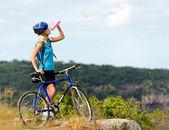 Mountain bike flicka dricka — Stockfoto