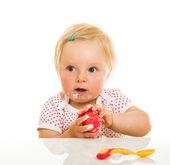 Menina bonita learining para comer con cuchara — Foto de Stock