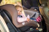 Baby babymeisje in autostoel — Stockfoto