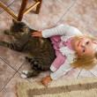barn med en katt — Stockfoto
