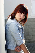 Jovencita en chaqueta cerca de pared — Foto de Stock