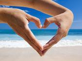 Handen maken van een hart-vorm — Stockfoto