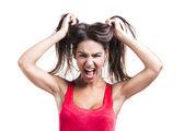 Frau packte ihr Haar — Stockfoto