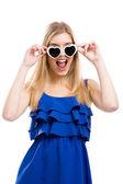 женщина в голубом с солнцезащитные очки — Стоковое фото