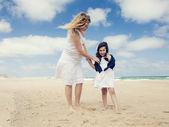 Kobieta i jej córka na plaży — Zdjęcie stockowe