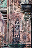 Standbeeld snijwerk op dagoba, banteay sreiz, cambodja — Stockfoto