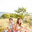 Couple sit on meadow — ストック写真
