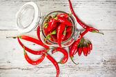 Tarro de cristal con chiles rojos — Foto de Stock