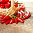 Korb mit rot hot Chili peppers — Stockfoto