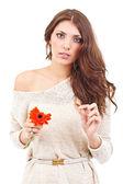 Ung kvinna med blomma — Stockfoto