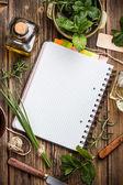 Ouvrir le bloc-notes avec des herbes — Photo
