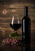 Красное вино и виноград — Стоковое фото