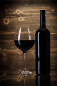 Weinflaschen mit Glas — Stockfoto