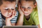 Kinder, die unter der Decke versteckt — Stockfoto