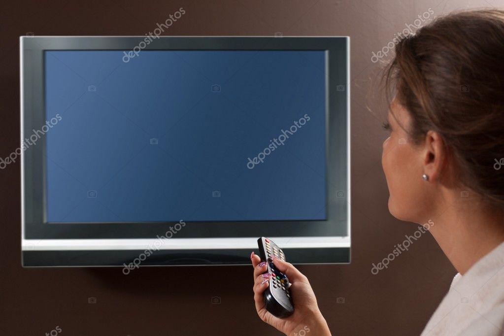 在客厅里看电视的女人