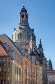 Gamla flerbostadshus och frauenkirche — Stockfoto