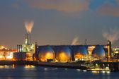Fabrieksinstallaties bij nacht — Stockfoto