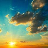 Moln upplyst av solljus. sunset. — Stockfoto