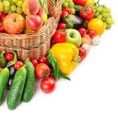 фруктов и овощей в корзине — Стоковое фото