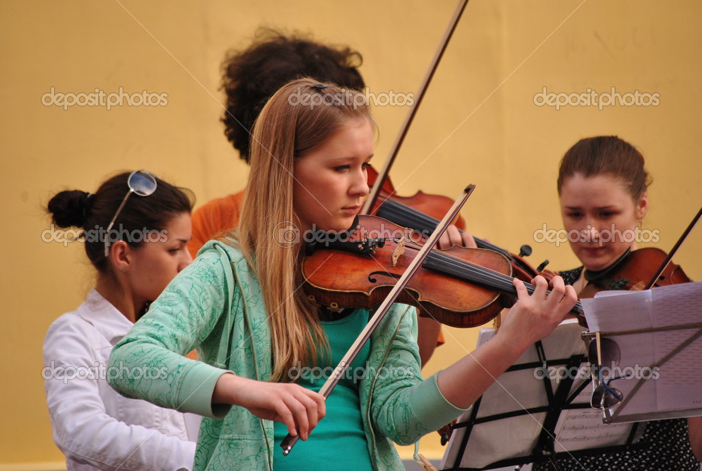 Street performers and musicians in Arbat. Moscow — Stock Photo #12650704