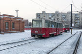 Tram in Omsk. Tram station and old cars — Stock Photo