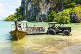 Načítání produktů z lodi na břeh traktoru na tropický thajský ostrov — Stock fotografie