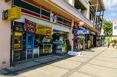 Shops and cafes on the streets in the province of Krabi in Thailand — Стоковое фото