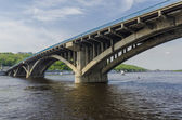 Metra most przez rzekę dniepr w kijowie — Zdjęcie stockowe