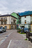 Streets and houses in the mountain town of Alpine Italian Ponte di Legno region Lombaridya Brescia, northern Italy in the early morning. — Foto Stock