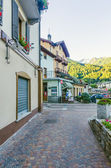 Streets and houses in the mountain town of Alpine Italian Ponte di Legno region Lombaridya Brescia, northern Italy in the early morning. — Foto de Stock