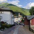 Streets and houses in the mountain town of Alpine Italian Ponte di Legno region Lombaridya Brescia, northern Italy — Стоковая фотография