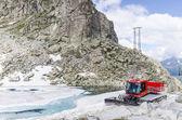 Pistas de tractor limpieza de nieve en la estación de esquí en los alpes — Foto de Stock