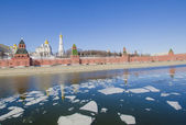 Embankment and the Moscow Kremlin in the spring, reflected in the Moscow River in the days of spring break — Stock Photo
