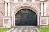 Tower walls and gates of the Orthodox monastery in Moscow in Russian Baroque style — Stock Photo