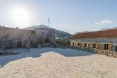 Budva Karadağ antik taş duvarlar ile sahilde eski kale — Stok fotoğraf