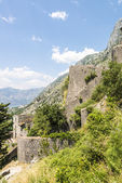 Walled City of Saint John in the town of Kotor. The city walls in the mountains and the stairs going up. Ruins of old wall — Stockfoto