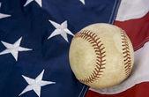 Major league baseball con bandiera americana e guanto — Foto Stock