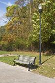 Bänk i en lugn park — Stockfoto