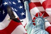 Bandera americana, águila calva, estatua de la libertad y constitución montaje — Foto de Stock