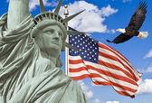 Us-amerikanische flagge, fliegender weißkopfseeadler, statue der freiheit-montage — Stockfoto